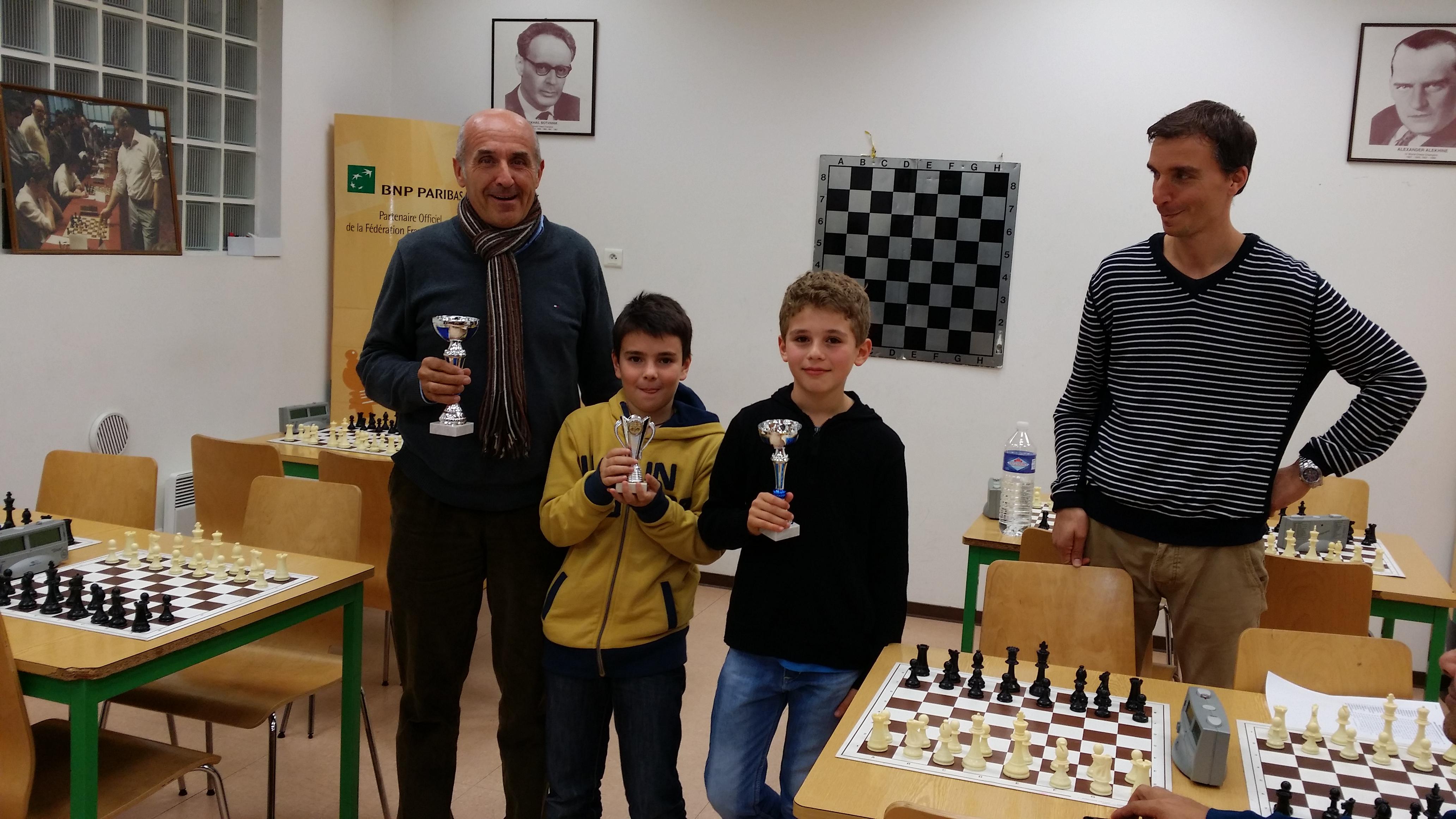 Le podium du tournoi ( avec Nils qui récupère la coupe pour son grand frère )